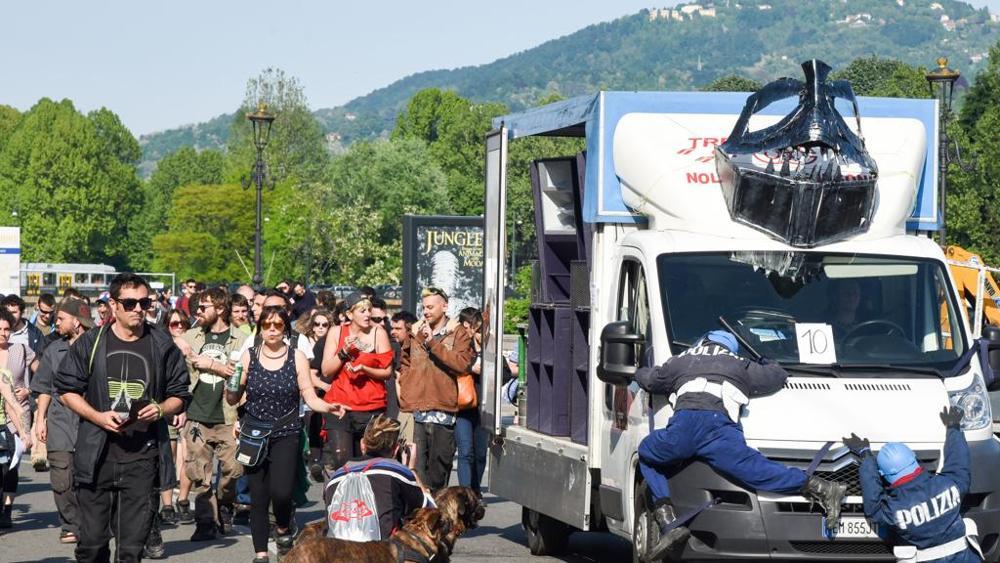 Photo of Cannabis parade: manichini di poliziotti investiti da furgone manifestanti