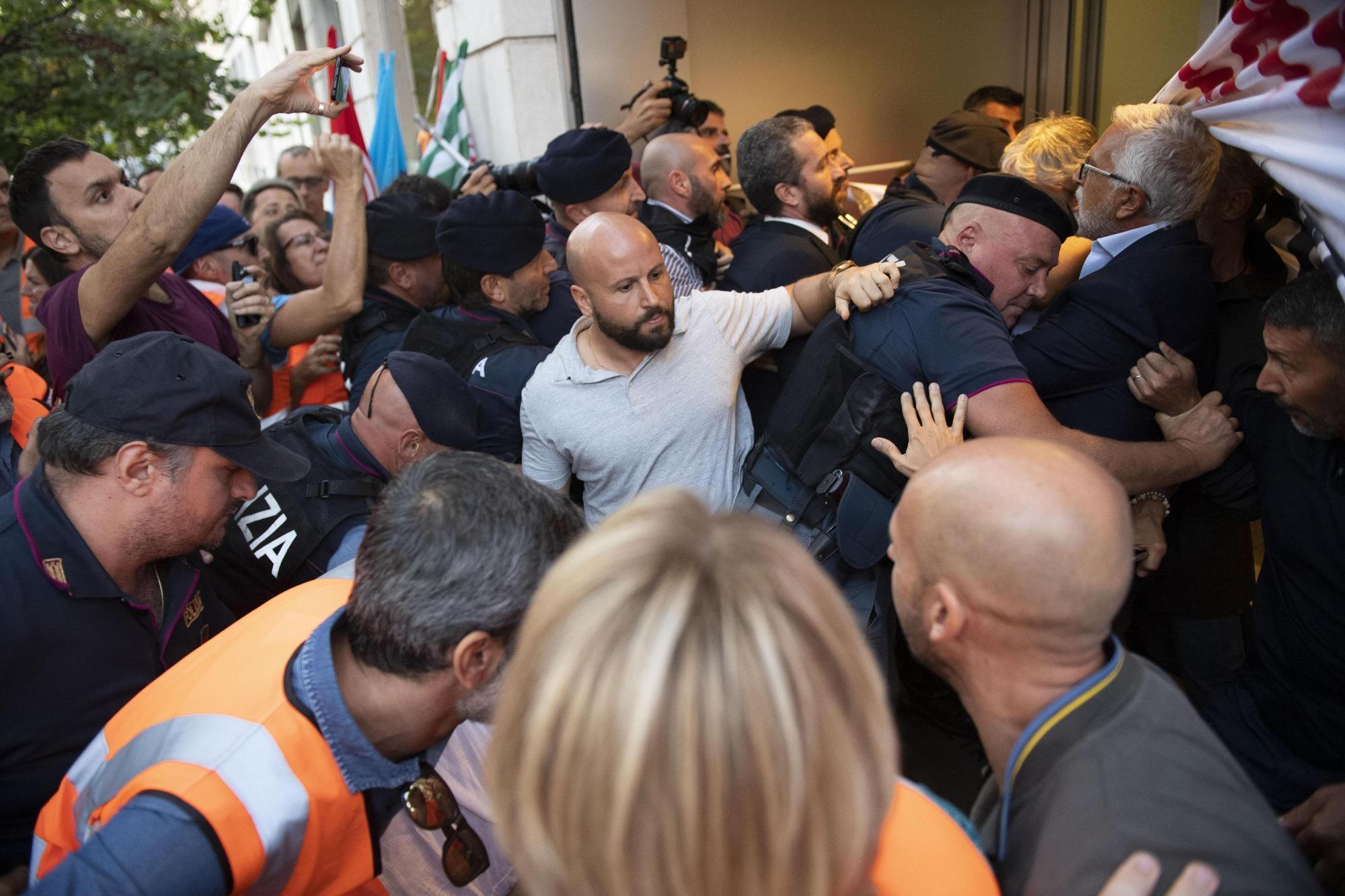 """Photo of Roma: Manifestazione Roma Metropolitane  –  L'affannosa ricerca del """"Capro Espiatorio"""" meglio se in uniforme"""